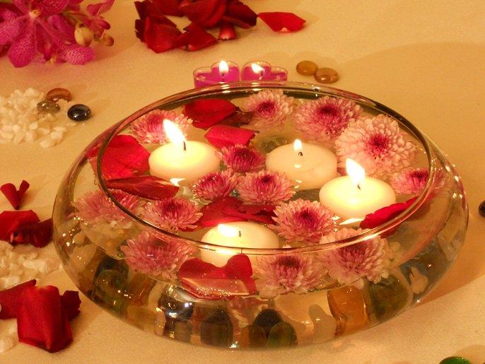 Những bông hoa tỏa hương thơm giúp căn phòng tân hôn tăng hương vị tình yêu