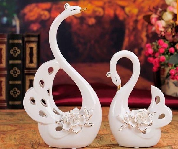 đôi thiên nga bằng sứ là một trong những vật dụng được các cặp đôi yêu thích dùng để trang trí phòng cưới
