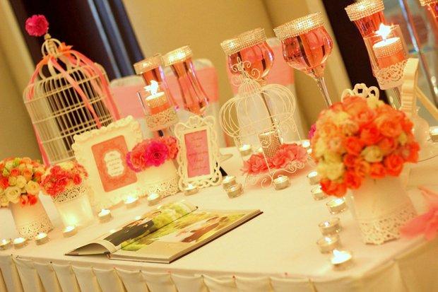 Những ngọn nến được sắp xếp đẹp mắt trong không gian của phòng tân hôn