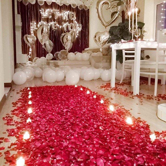 Trang trí phòng cưới bằng những cánh hoa hồng vô cùng đặc sắc